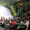 На Филиппинах работает ресторан на водопаде