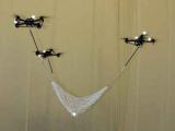 Летающие роботы сотрудничают, чтобы играть в мяч.