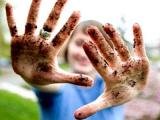 Женские руки привлекают много микробов