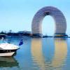 Экстравагантное, кольцеобразное здание было представлено на курорте – Шератон Хучжоу в Китае