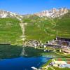 Спортивный центр Tignespace с зеленой крышей отражает горы на юго-восточной Франции