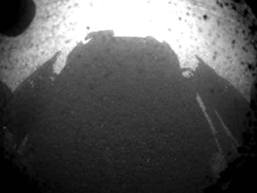 Совершивший посадку на Марсе ровер MSL Curiosity передал свой первый снимок