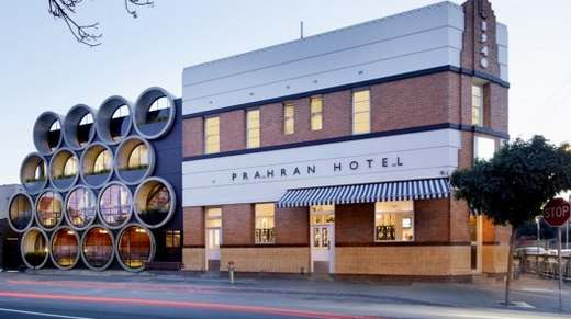 Фасад здания Prahran Hotel сделали из огромных бетонных труб