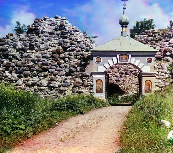 В стене Староладожской крепости найдены серебряные монеты 16 века.